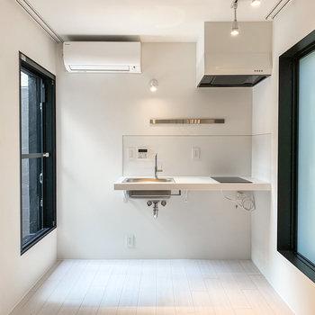 【上階DK】窓は両サイドに1つずつ。