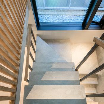 さて、階段を下りて下階へ。