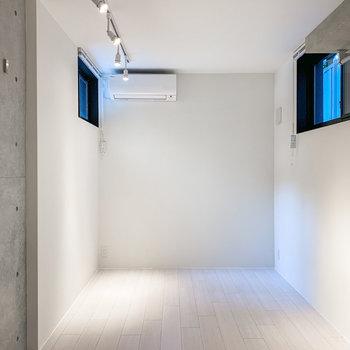 【下階洋室】白と黒でまとまった、洗練された空間。