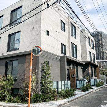 閑静な住宅街にあるこちらのモダンなマンション。