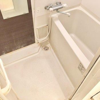 お風呂はしっかりサーモ水栓。ちょっとコンパクトな造りです。(※写真は清掃前のものです)