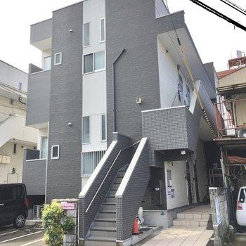2階建てのアパートタイプ。お部屋は2階部分です。