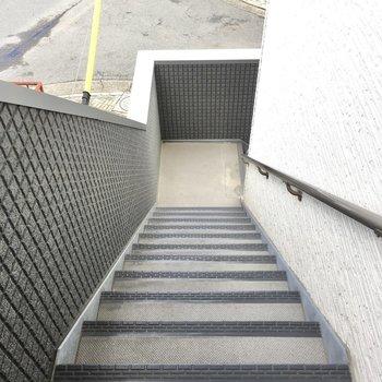 2階までは階段でのぼりおり。屋根は付いていないので、濡れないように気をつけて。