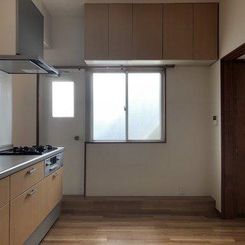 吊り戸棚の下に炊飯器やトースターを置けるように棚がほしい!