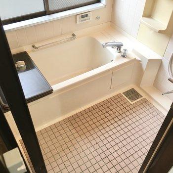 お風呂は窓付き、サーモ水栓です。