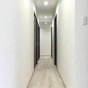 玄関横にながーい廊下。