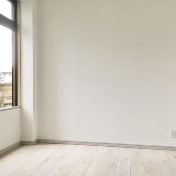 こちらは5.5帖の洋室。