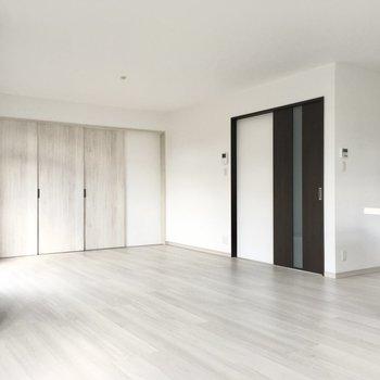 黒のドアは玄関・廊下。奥の白いドアは・・・?
