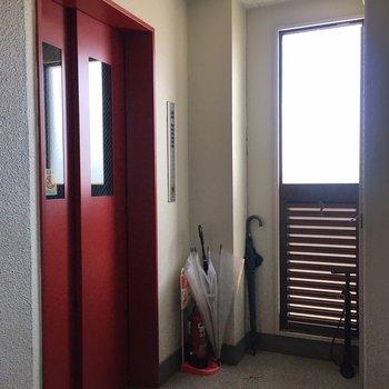 赤いエレベーターです。