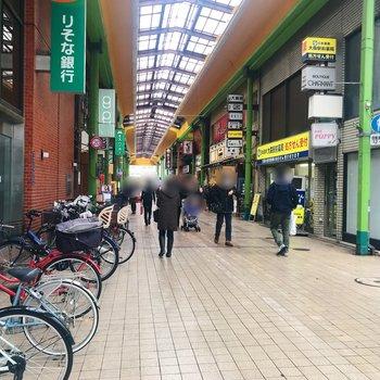 商店街の雰囲気。生食パン屋さんに行列ができていましたよ。
