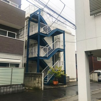 青い柵が目印。1階のお部屋になります。