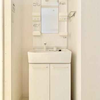 独立洗面台はくもり止め、タオル掛け付いてます◎