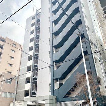 住宅地の中、10階建てのマンションです。