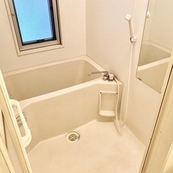 お風呂は小窓と浴室乾燥機付いてます!