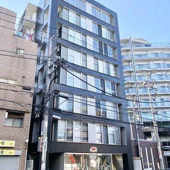 2004年築の8階建てマンション。1階には美容院が入っていました。