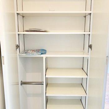 可動棚で靴をきれいに収納できます。