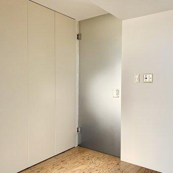 お風呂場のドアの横にクローゼット。