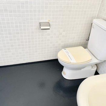 お風呂の隣にトイレ、外国スタイルで。