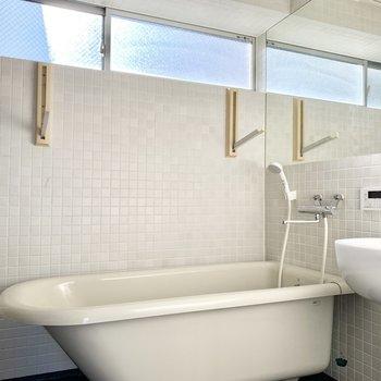 オールタイル壁のこんなステキなバスルーム!