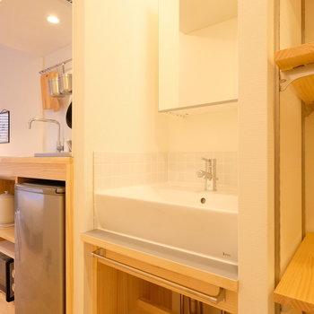 キッチンの隣には、独立の洗面台。