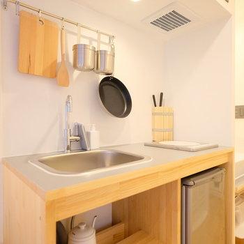 キッチンには、冷蔵庫、ケトル、電子レンジを完備。