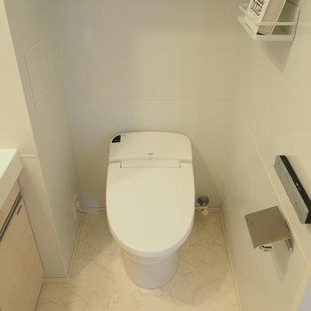 トイレは洗面スペースにあります※写真は4階の同間取り別部屋のものです