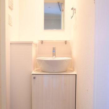 コロンとかわいい洗面台。左の小さな台は切り花を置きたいな〜。
