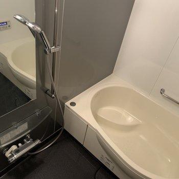 疲れがとれそうなたっぷりした浴槽はポイント高いですよ!(※写真は4階の同間取り別部屋のものです)