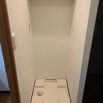 洗剤と柔軟剤は、洗濯機上部の棚に置けますね。(※写真は4階の同間取り別部屋のものです)