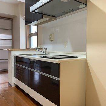 システムキッチンはレンジフードもスタイリッシュ!(※写真は4階の同間取り別部屋のものです)