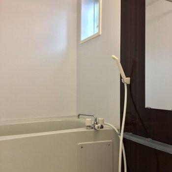 バスルームにも小窓が付いています