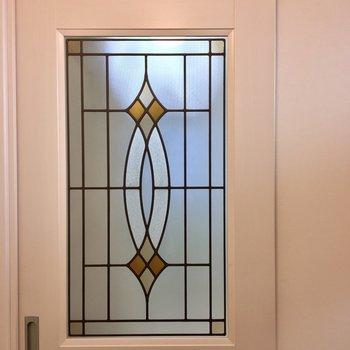 玄関を入ると特徴的な扉が迎えてくれます