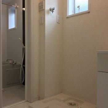 洗濯機はこちらです ポイントは上の小窓です!