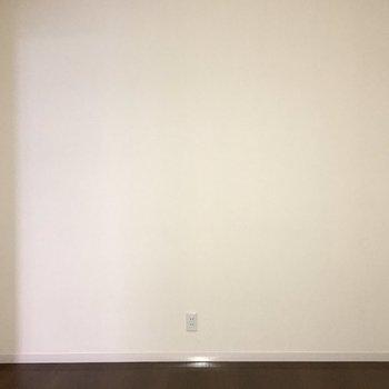 【洋室】写真下中央にはコンセントがあります