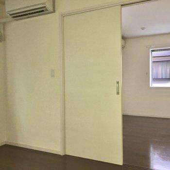 【洋室】リビングとの仕切り扉は引き戸です