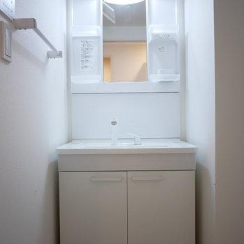 使いやすい独立洗面台(※写真は2階の同間取り別部屋のものです)