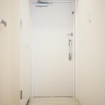 玄関扉の左手にシューズクローゼットがあります(※写真は2階の同間取り別部屋のものです)