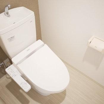 トイレはシンプルなウォシュレット付きのもの(※写真は2階の同間取り別部屋のものです)