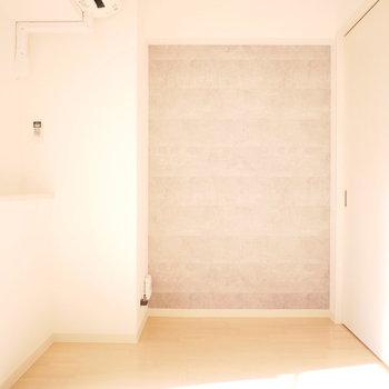 1部だけコンクリート調のアクセントクロス(※写真は2階の同間取り別部屋のものです)