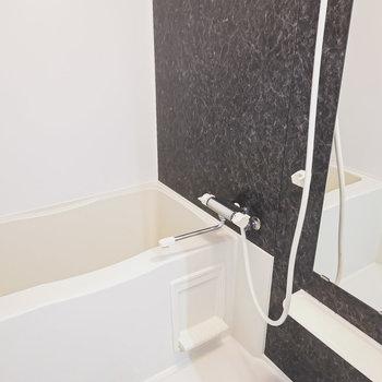お風呂も黒のパネルでシックに。疲れを癒やすバスタイムが送れそう。