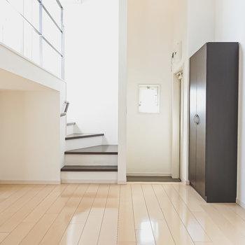 反対側には玄関と2層目への階段。