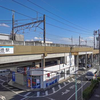 窓からは駅前の街並みと線路が。窓を閉めれば騒音はあまり気にならない程度でした。