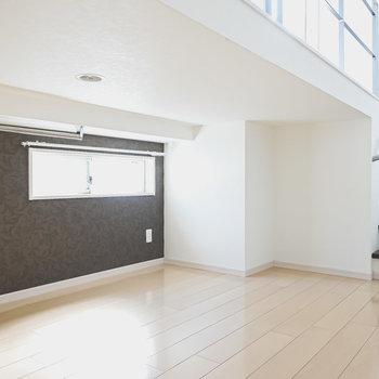 2層目の下にはスペースが。窓付きで明るく、照明もついています。