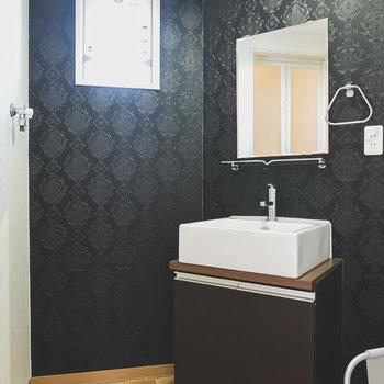 ホテルライクな洗面台のあるシックで高級感溢れる脱衣所。洗濯機置場はパン無しタイプです。