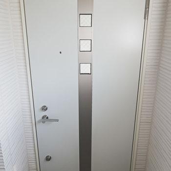 小窓が3つある可愛いドアがお部屋の扉。