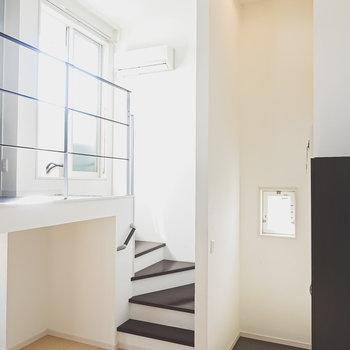天井が高く、開放的な空間。階段を上がって2層目へ。