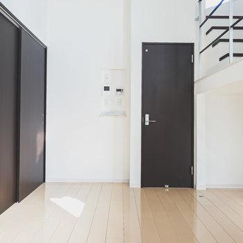 1層目は洋室。正面のドアは脱衣所へ。左手の引き戸はクローゼット。