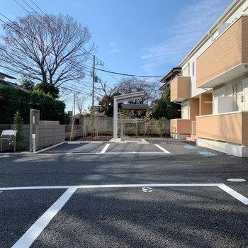 駐車場の奥に駐輪場があります。