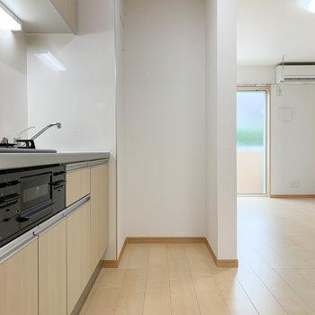 【LDK】キッチンの右に冷蔵庫置き場があります。
