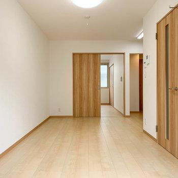 【LDK】窓側から。奥に洋室やキッチンがあります。右の扉は廊下へ。
